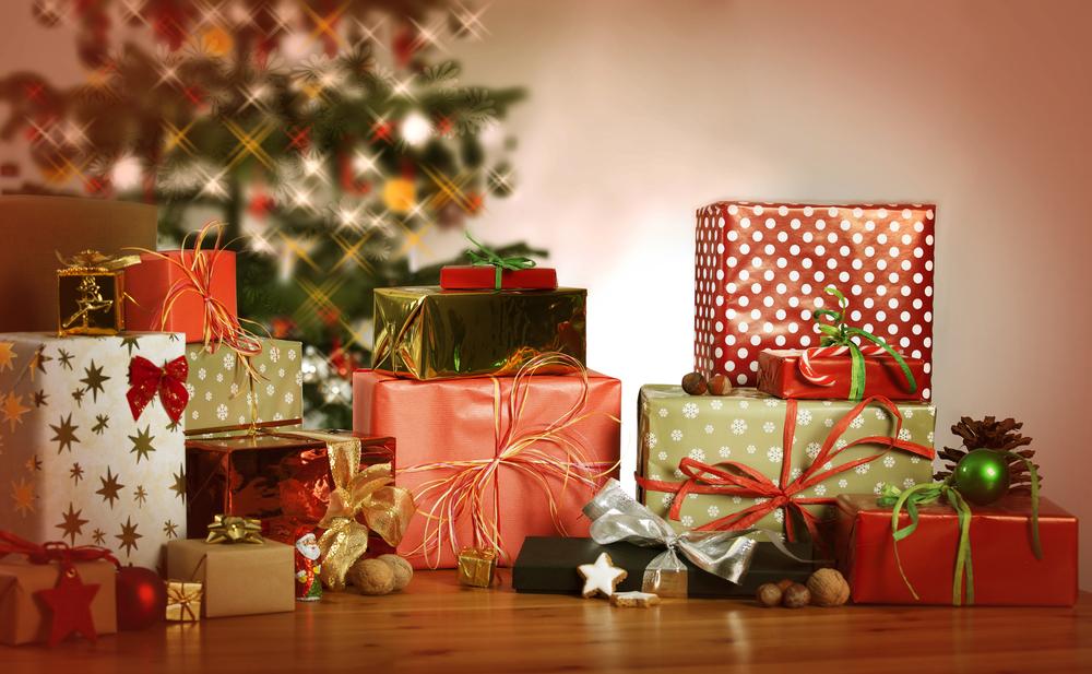 karácsonyi ajándékok a fa alatt; minden gyerek kíváncsiságát felkeltik