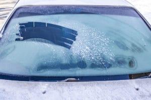 Így jégtelenítsd hatékonyan az autód!