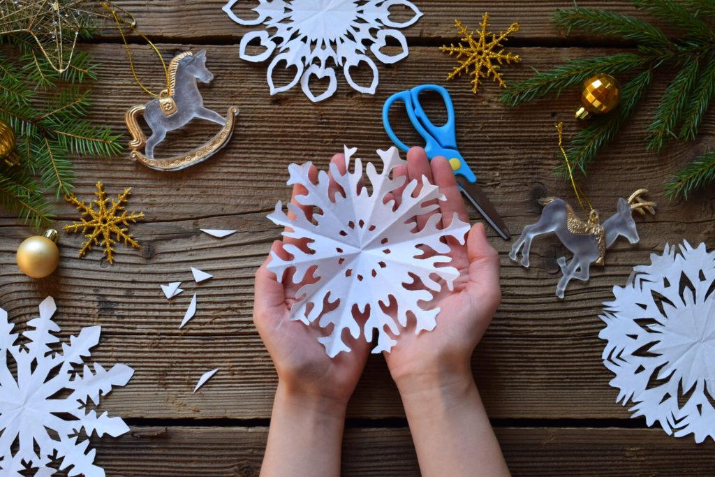 Kézzel készített papír hópelyhek karácsonyi díszként