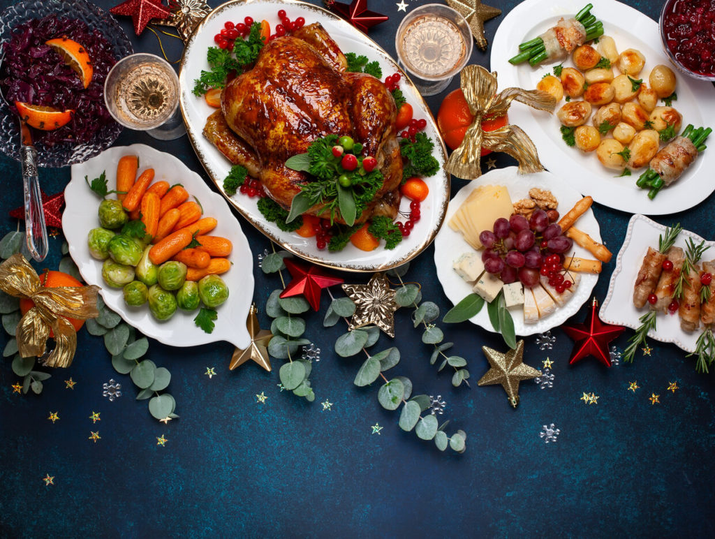 Karácsonyi vacsorához megterített családi asztal