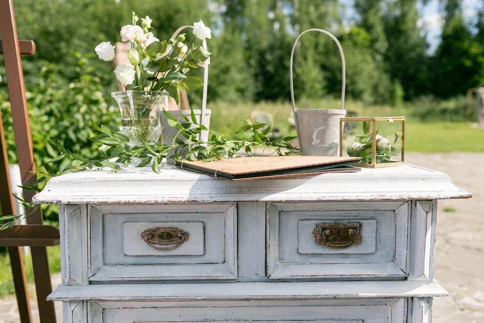 Felújított vintage bútor fehér festékkel
